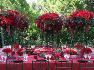 Great-Outdoor-Christmas-Table-Decoration-with-Flowers-and-Beautiful-Folded-Napkin-Ideas